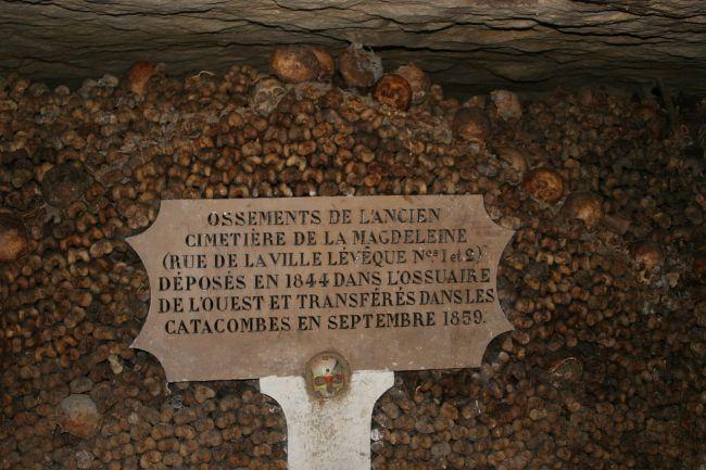 1280px-Catacombes_Parijs