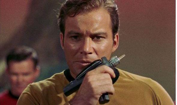 Captain-Kirk-holding-the-gun-553648